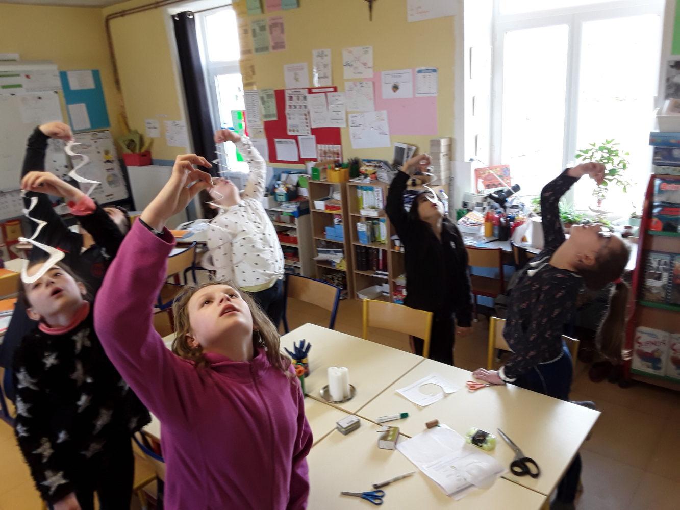 expériences: comment font les oiseaux ou certains objets pour voler?